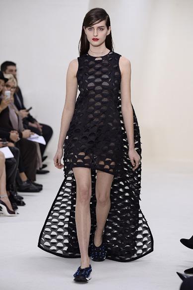 Modelo durante desfile da Dior na Semana de Moda de alta-costura em Paris, na França