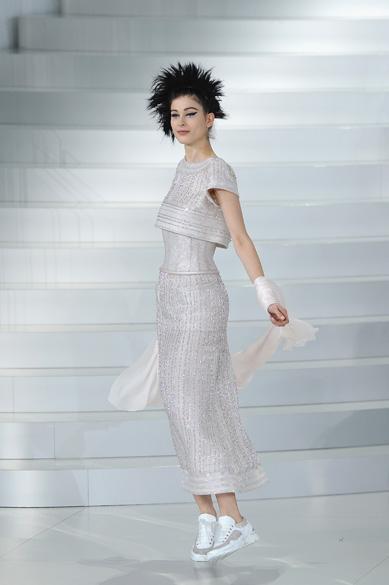 Modelo desfila de tênis para a grife Chanel na Semana de Moda de alta-costura deParis
