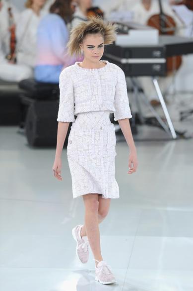 A modelo Cara Delevingne desfila para a grifeChanel na semana de moda de alta-costura deParis