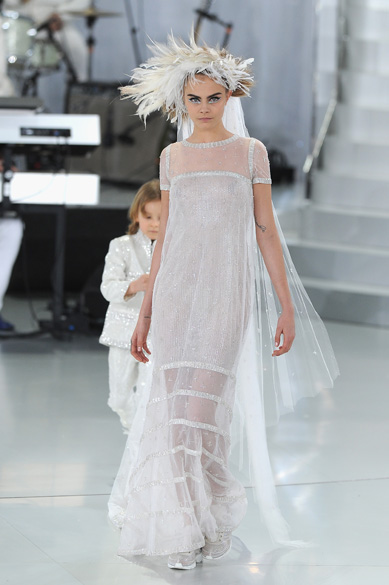 A modelo Cara Delevingne desfila para aChanel na semana de moda de alta-costura deParis