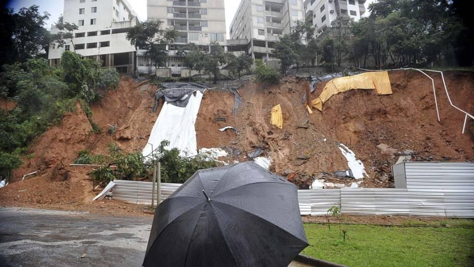 Pessoa observa um grande deslizamento de terra causado por chuvas em Ouro Preto, Minas Gerais
