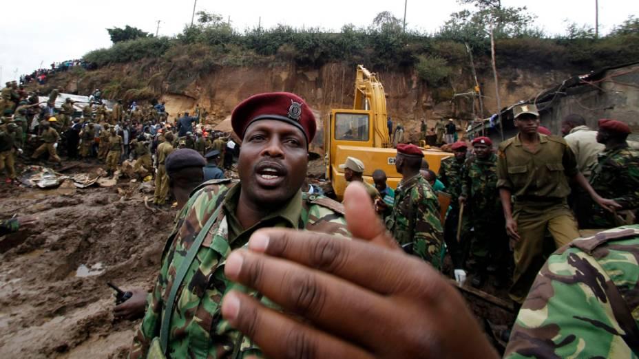 Em Nairóbi, no Quênia, policial auxilia resgate em deslizamento de terra