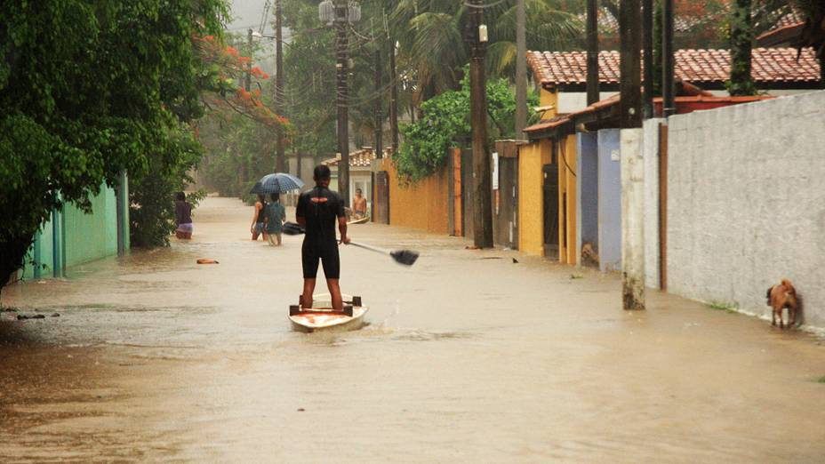 Rua alagada pela chuva em Maresias, no município de São Sebastião, litoral norte de São Paulo