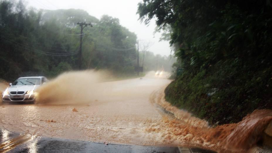 Trecho alagado na Rodovia Rio-Santos, em Maresias, no município de São Sebastião, litoral norte de São Paulo