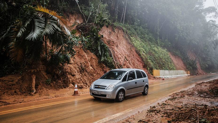 Desmoronamento e queda de barreira interditam a estrada Rio-Santos, entre as praias de Boiçucanga e Maresias, no litoral norte de São Paulo, nesta quarta-feira (24), véspera de Natal