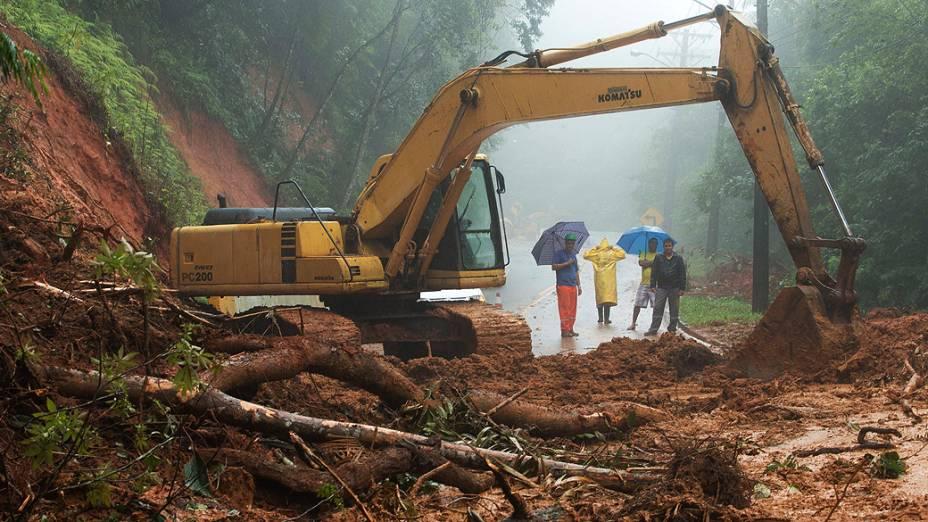 Estrada Rio-Santos, na altura do quilômetro 159, no município de São Sebastião, com as duas faixas interditadas por deslizamentos de terra após as fortes chuvas dos últimos dois dias no litoral norte de São Paulo