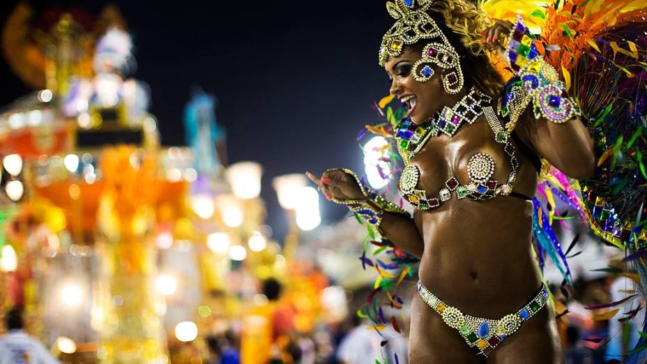 Destaque da Beija-Flor durante desfile na Marquês de Sapucaí