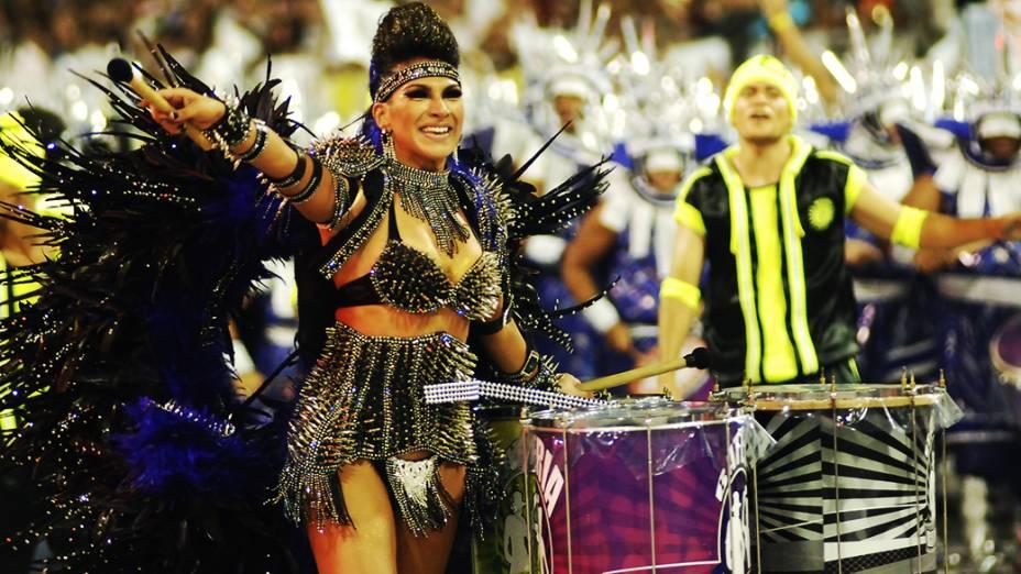 Aline de Oliveira, rainha de bateria da Mocidade Alegre, em São Paulo