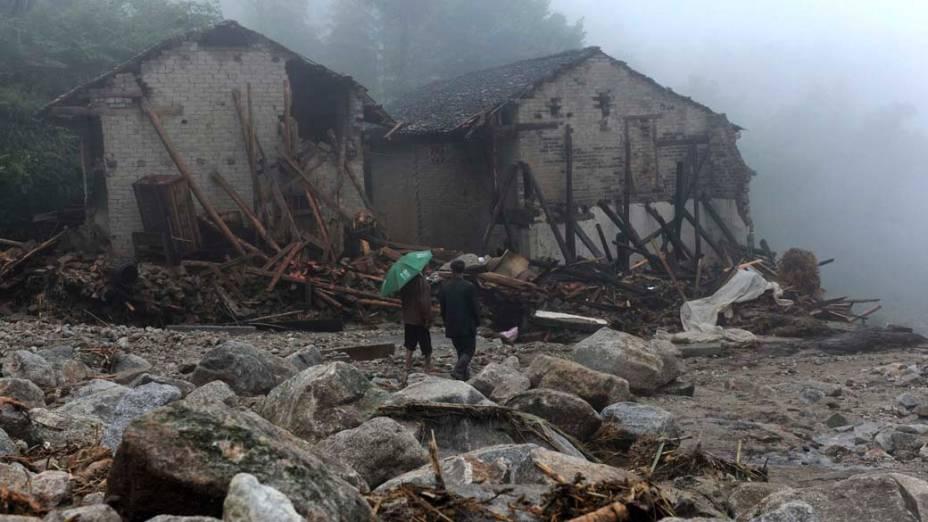 Destruição provocada por um deslizamento de terra na cidade de Yueyang, China
