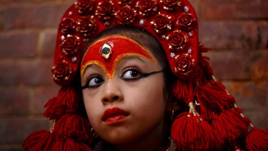 Garota, considerada a deusa-viva, assiste festival no Nepal