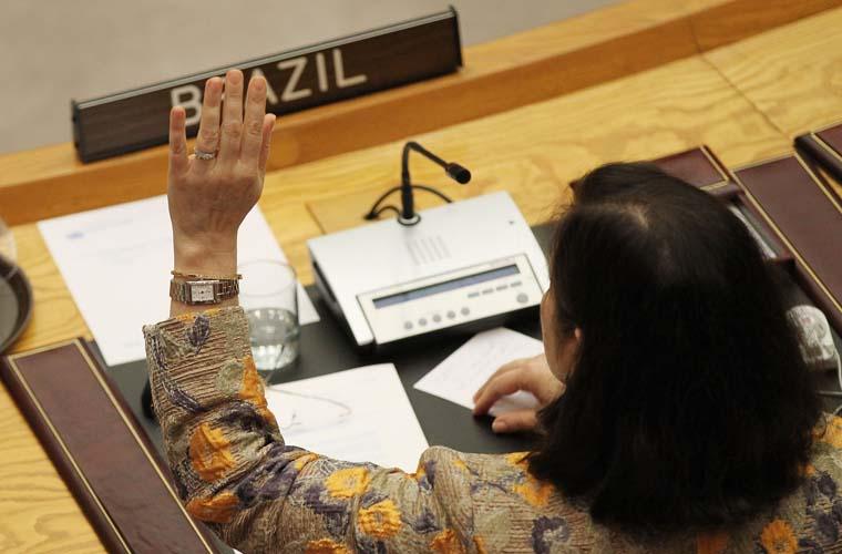 Esta manhã, o Conselho de Segurança da ONU votou sanções contra o Irã. A medida foi aprovada com apenas dois votos contra: da Turquia e do Brasil. Na foto, a embaixadora brasileira Maria Ribeiro Viotti vota na sede da instituição em Nova York.