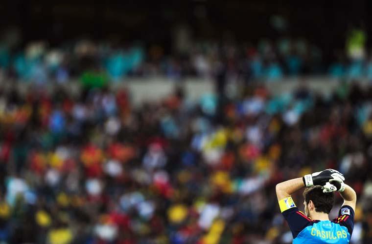 O goleiro espanhol Iker Casillas lamenta após sofrer gol do suíço Gelson Fernandes na Copa