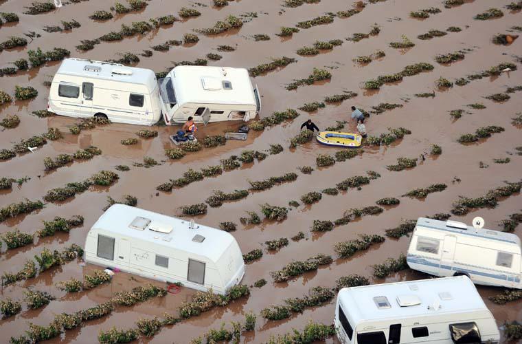 Na região francesa de Puget-sur-Argens, vista aérea mostra alagamento de vinhedos e trailers ali estacionados. Pelo menos 19 pessoas morreram em decorrência das pesadas chuvas que atingiram o local.