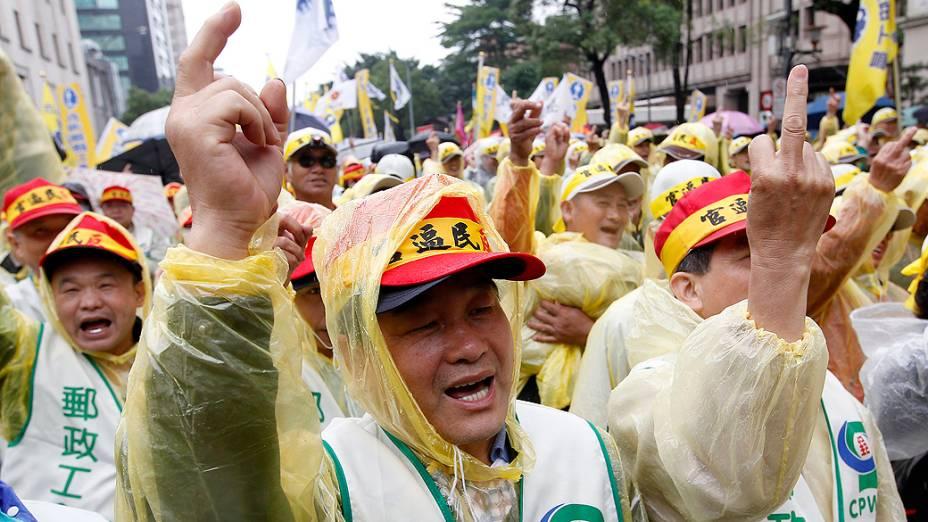 Trabalhadores de Taiwan durante protesto do Dia Internacional do Trabalho. Mais de 10 mil trabalhadores foram às ruas para protestar contra um plano de reforma do governo que irá cortar os pagamentos de pensão para aliviar agravamento dos problemas fiscais do país