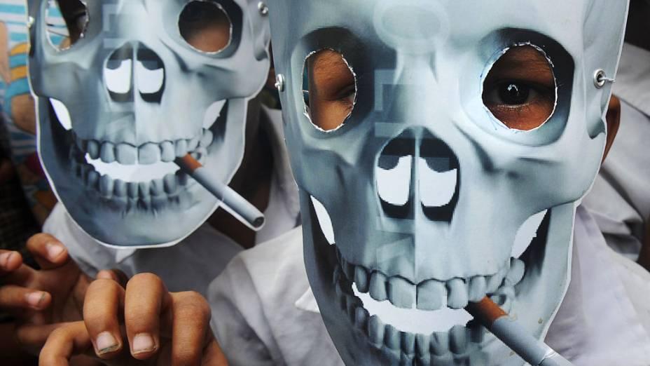 Estudantes participam de manifestação antitabagista durante o Dia Mundial sem Tabaco em Calcutá, Índia