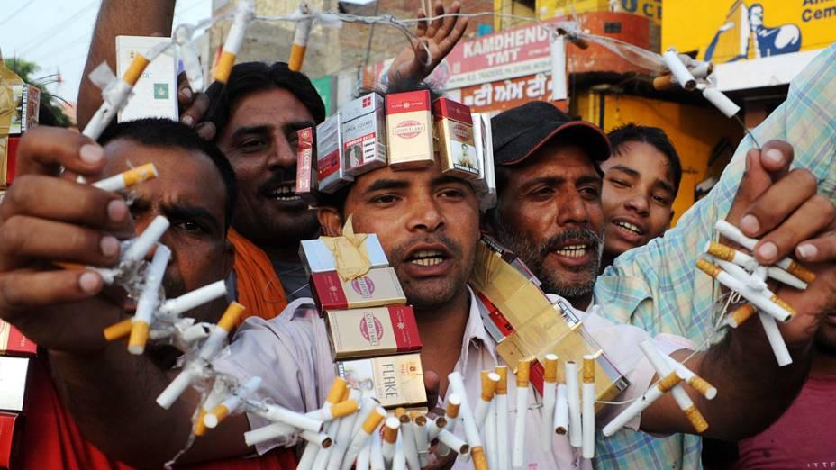 Os membros de associações antidrogas seguram cigarros durante manifestação em Amritsar por ocasião do Dia Mundial sem Tabaco, Índia