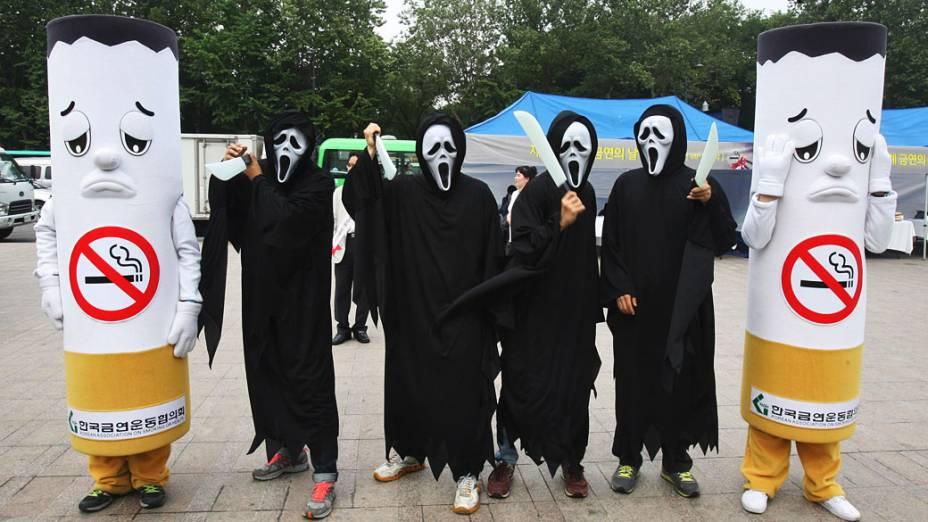 Ativistas vestidos de cigarros e fantasmas encenar uma campanha marcando o Dia Mundial Sem Tabaco, em Seul, Coreia do Sul