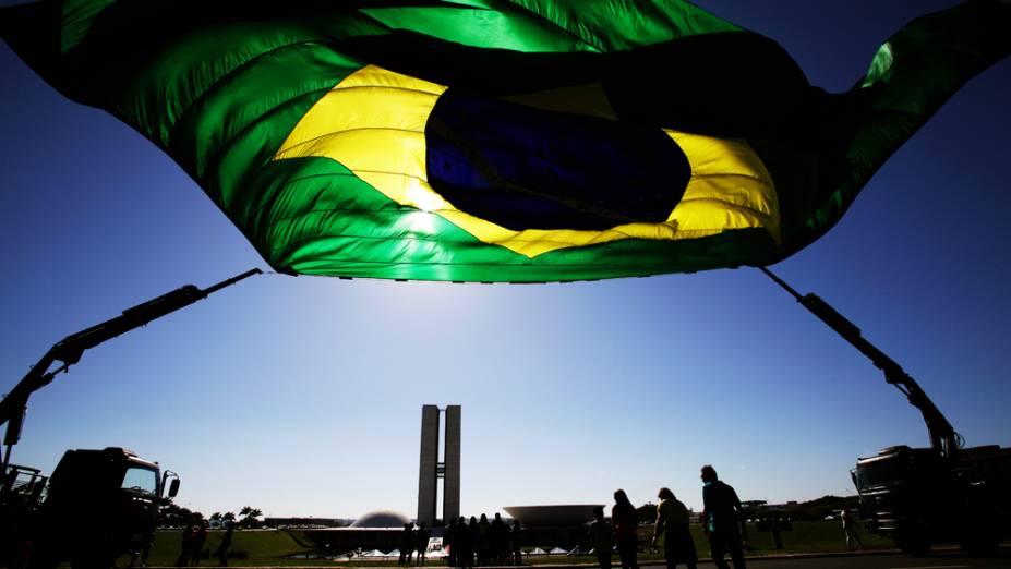 Uma bandeira gigante foi hasteada no gramado do congresso Nacional em comemoração ao Dia Nacional da Bandeira