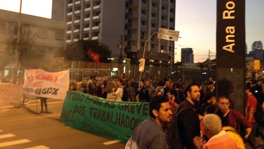 Protesto próximo a estação Ana Rosa do Metrô na paralisação dos metroviários em São Paulo, SP, em 09/06/2014