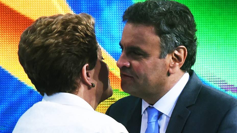 Os dois candidatos à Presidência, Aécio Neves (PSDB) e Dilma Rousseff (PT), participam do primeiro debate do segundo turno promovido pela Rede Bandeirantes, na noite desta terça-feira (14)