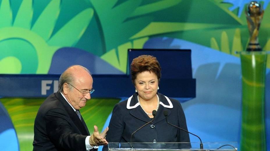 Dilma Rousseff e Joseph Blatter no sorteio das Eliminatórias para a Copa, em 2011, no Rio de Janeiro
