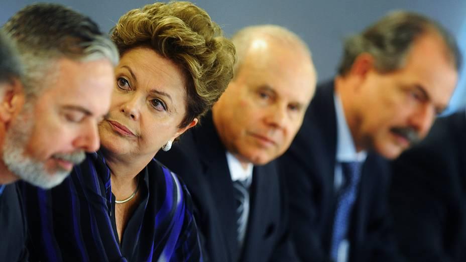Ao lado dos ministros, presidente Dilma Rousseff recebe autoridades europeias no Palácio do Planalto, em Brasília, para o 6ª Cúpula União Europeia-Brasil, nesta quinta-feira (24)
