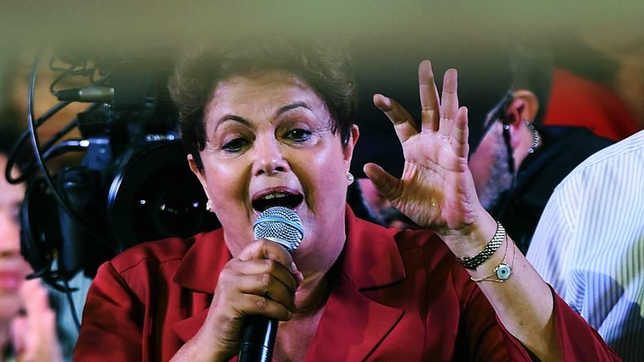 A presidente e candidata à reeleição pelo PT, Dilma Rousseff, durante comício em Campo Limpo, zona sul da cidade de São Paulo, na noite desta segunda-feira (29)