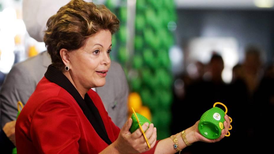 A presidente Dilma segura as caxirolas, instrumento musical oficial da Copa de 2014 criado por Carlinhos Brown, durante abertura da exposição Olhar que Ouve em Brasília