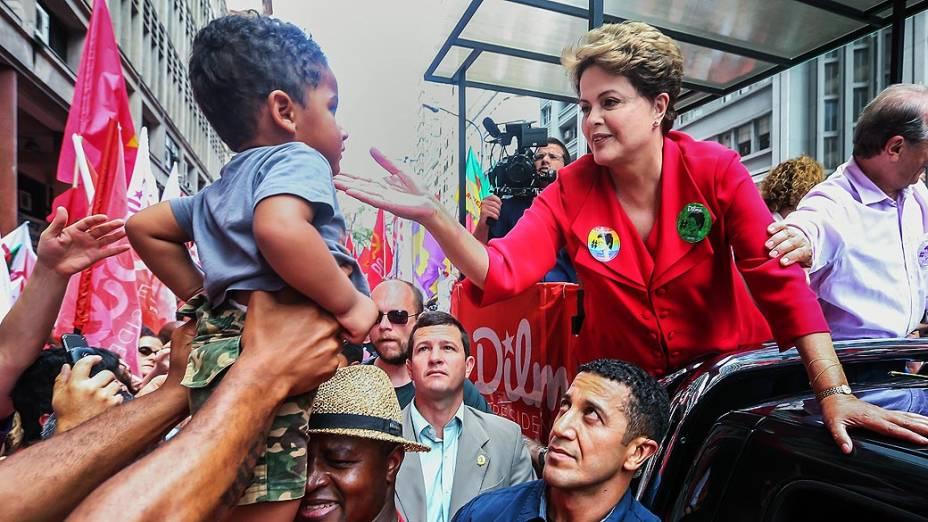 A presidente e candidata à reeleição pelo Partido dos Trabalhadores (PT), Dilma Rousseff, participa de carreta pelo centro de Porto Alegre (RS), neste sábado (25), véspera das eleições 2014
