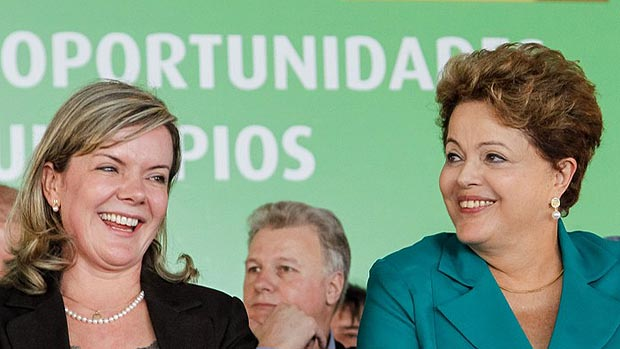 Gleisi Hoffmann e Dilma Rousseff na entrega de máquinas e de assinatura de ordens de serviço da BR-158/PR, trecho Campo Mourão-Palmital, e da BR-487/PR, trecho Nova Brasília-Tuneiras do Oeste