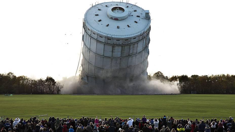 Multidão acompanha a demolição da segunda construção mais alta da Dinamarca, um depósito de gás de 108 metros de altura em Copenhague