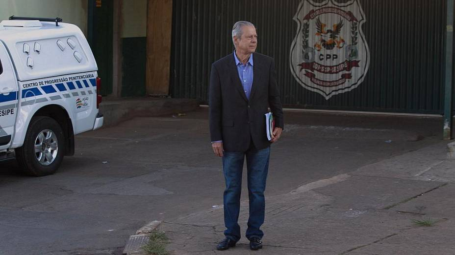 José Dirceu deixa o Centro de Progressão Penitenciária (CPP), em Brasília (DF), em seu primeiro dia de trabalho no escritório de advocacia de José Gerardo Grossi
