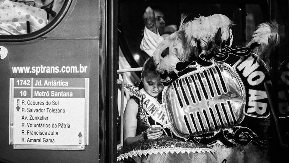 Integrantes das escolas de samba voltam para casa após desfile em São Paulo