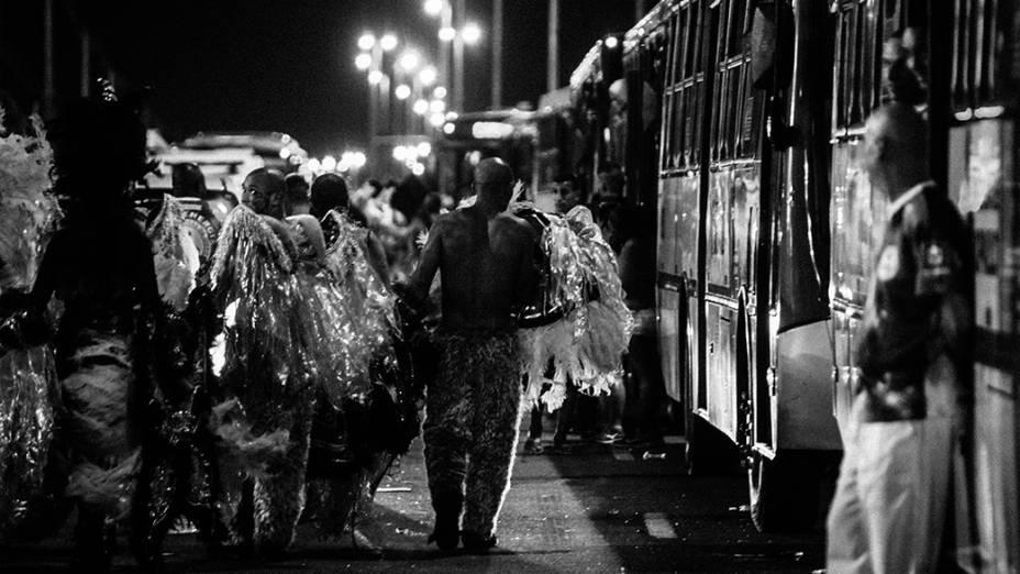 Após muita folia, integrantes de escola de samba voltam para casa