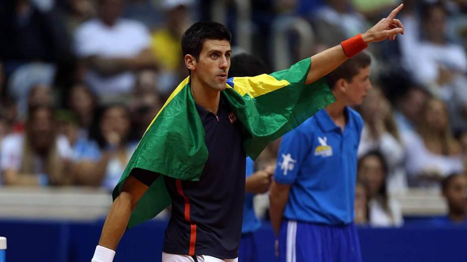 Novak Djokovic durante partida de exibição de tênis contra Gustavo Kuerten