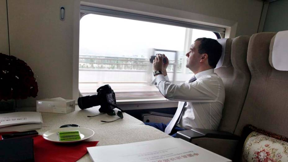 O presidente russo Dmitri Medvedev durante viagem de trem rumo ao Fórum de Boao, na província chinesa de Hainan