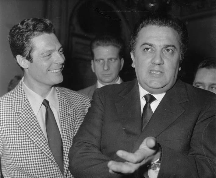 O diretor Federico Fellini com o ator Marcello Mastroianni (à esquerda), durante coletiva de imprensa em Paris na estreia de <em>A Doce Vida</em>, em 1960