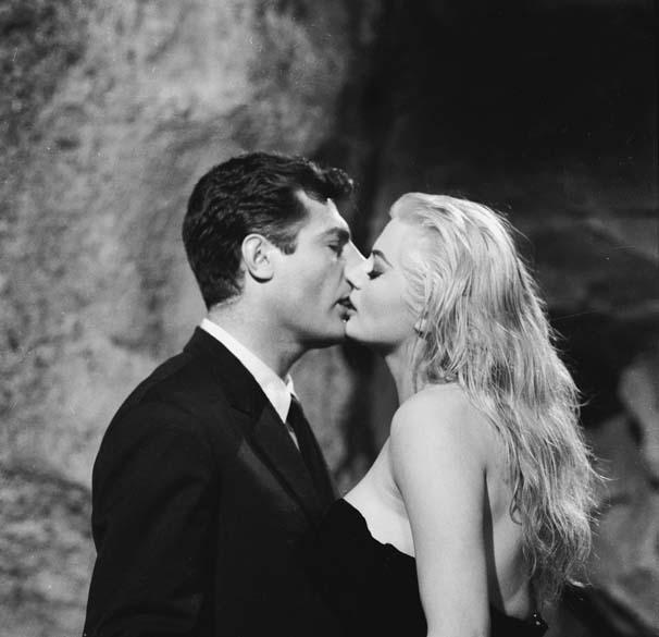 Marcello Mastroianni e Anita Ekberg, na clássica cena na Fontana di Trevi em <em>A Doce Vida</em>, de Federico Fellini