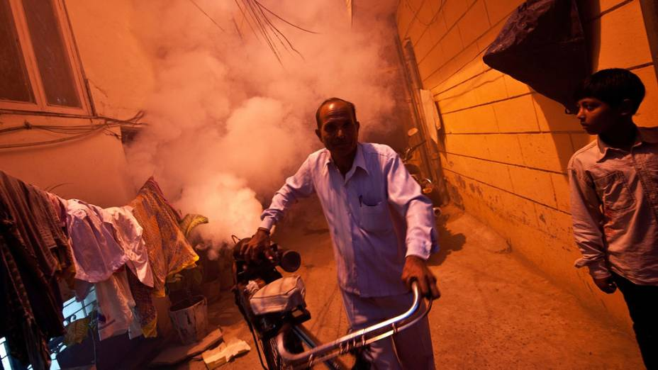 Fumaça para combate do mosquito da dengue é aplicada em Nova Délhi, na Índia