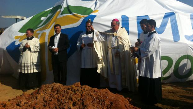 Dom Orani abençoa início das obras nos terrenos onde será celebrada a missa do novo papa no Rio