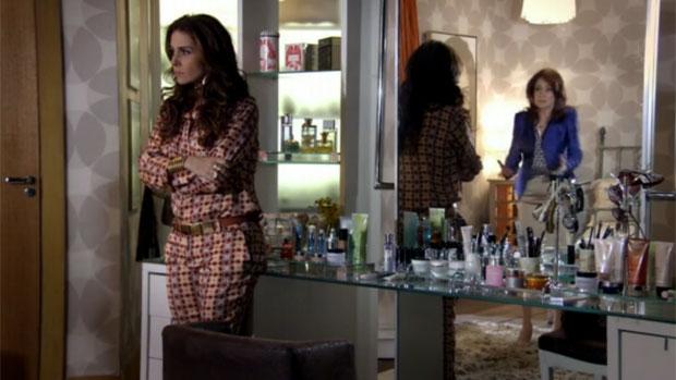 Helô (Giovanna Antonelli) discute com Berna (Zezé Polessa)