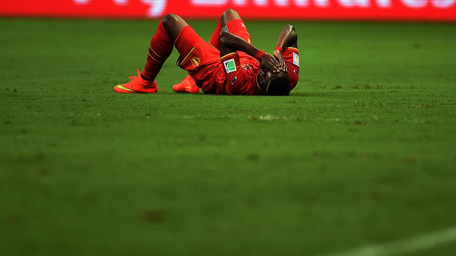 Jogador da Bélgica cai em campo no jogo contra os Estados Unidos