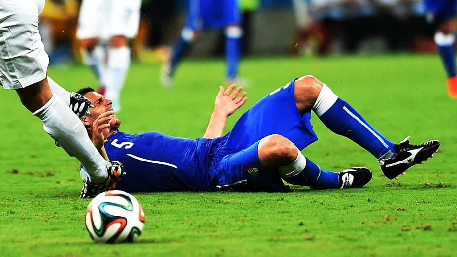 Jogador da Itália sofre falta no jogo contra a Inglaterra