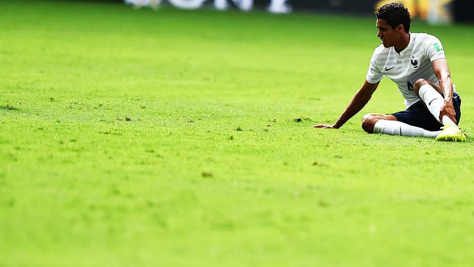 O francês Raphael Varane cai em campo no jogo contra o Equador