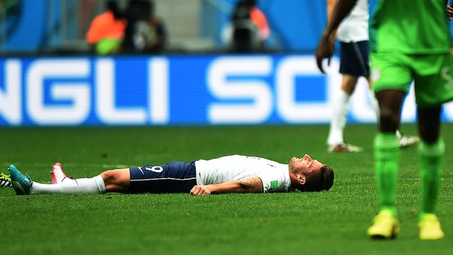 O francês Giroud cai em campo após lance no jogo contra o Equador