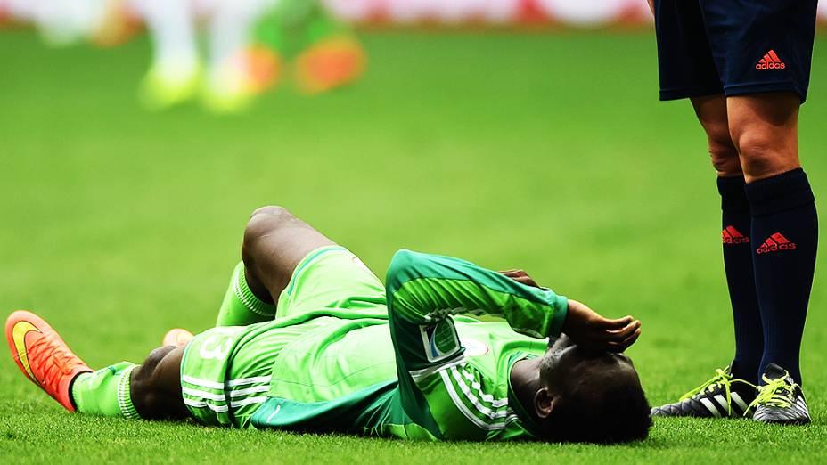 Jogador da Nigéria sofre falta no jogo contra a França
