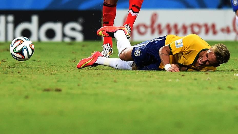 Neymar sofre falta no jogo contra o Chile
