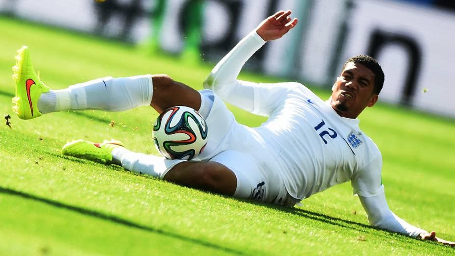 O inglês Chris Smalling durante lance no jogo contra a Itália, em Manaus