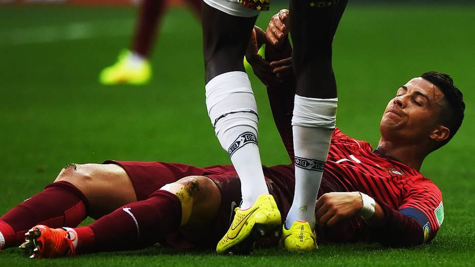 Cristiano Ronaldo é ajudado pelo jogador de Gana após sofrer falta, no Mané Garrincha em Brasília