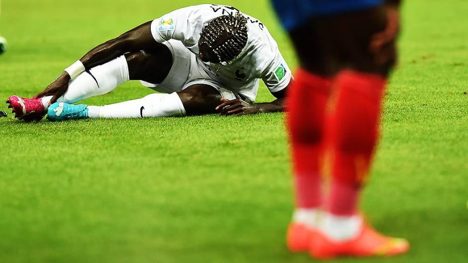 Jogador da França sente dores no tornozelo após sofrer falta no jogo contra o Equador